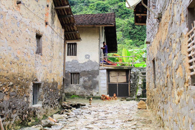 Những ngôi nhà được xây bằng đá và phần mái lợp ngói âm dương