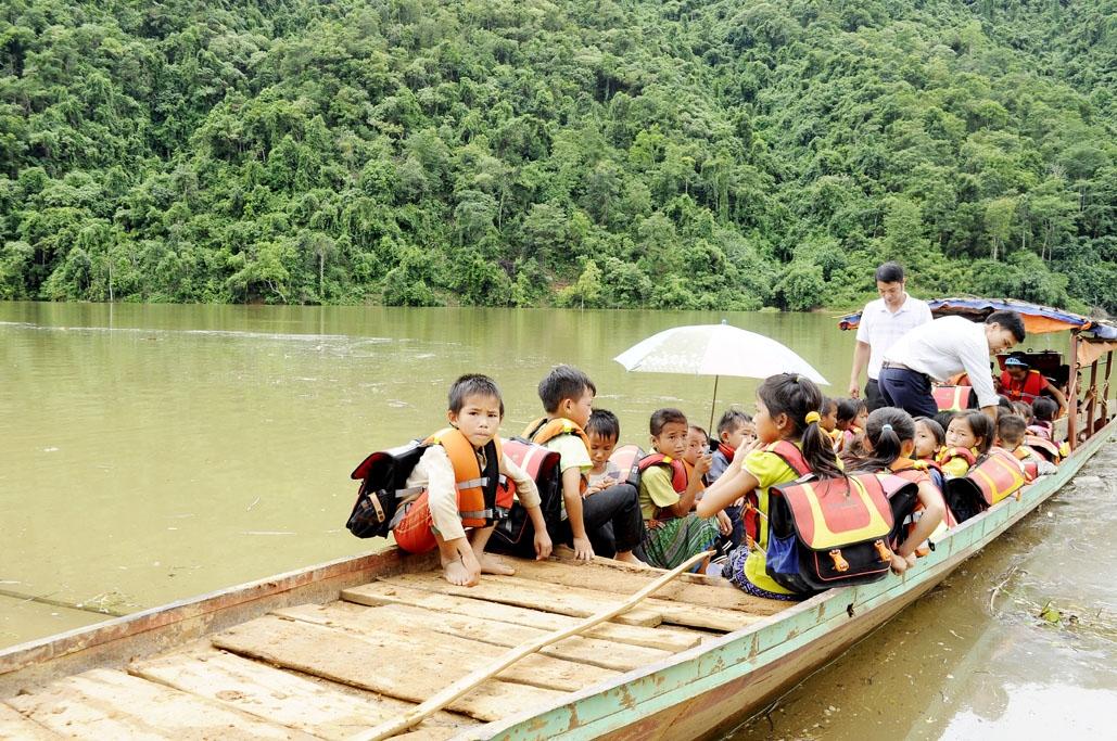 Ngày cuối tuần, các thầy cô giáo xã Ta Gia, huyện Than Uyên (Lai Châu) đưa các em về bản trên con thuyền của ông San. (Ảnh chụp trước ngày 27/4/2021)