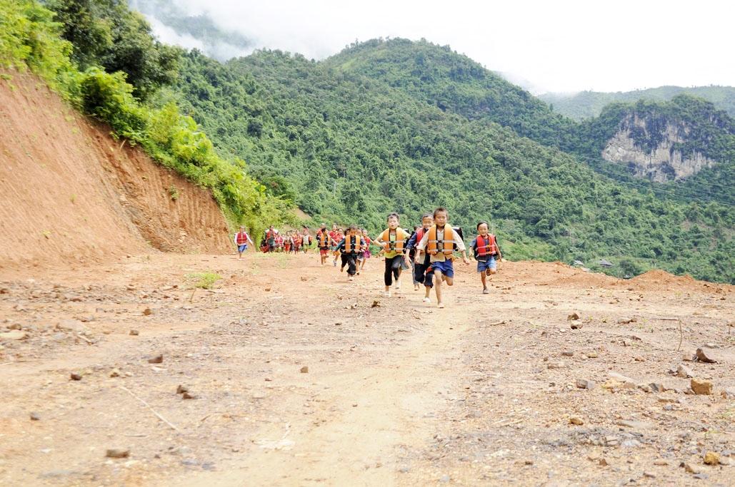 """Con đường xuống """"Bến đò ông San"""" với học sinh bản Noong Quài, xã Ta Gia, huyện Than Uyên (Lai Châu) đã trở nên quen thuộc. (Ảnh chụp trước ngày 27/4/2021)"""