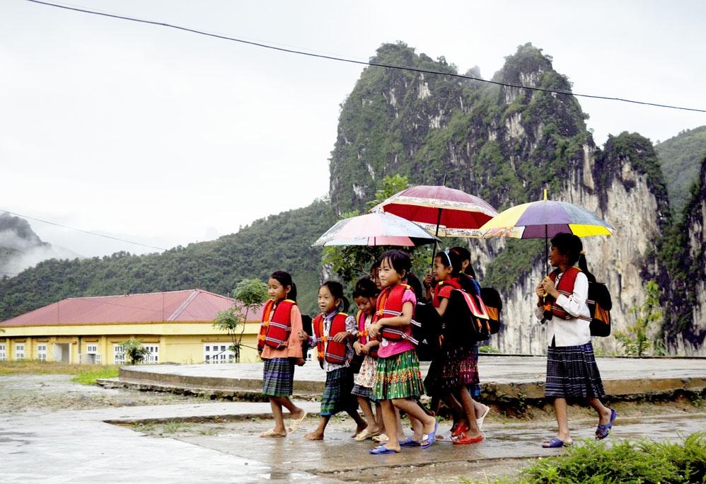 Bất kể thời tiết, đến trường học cái chữ giờ đây là niềm vui của các em học sinh người Mông bên kia dòng Nậm Mu. (Ảnh chụp trước ngày 27/4/2021)