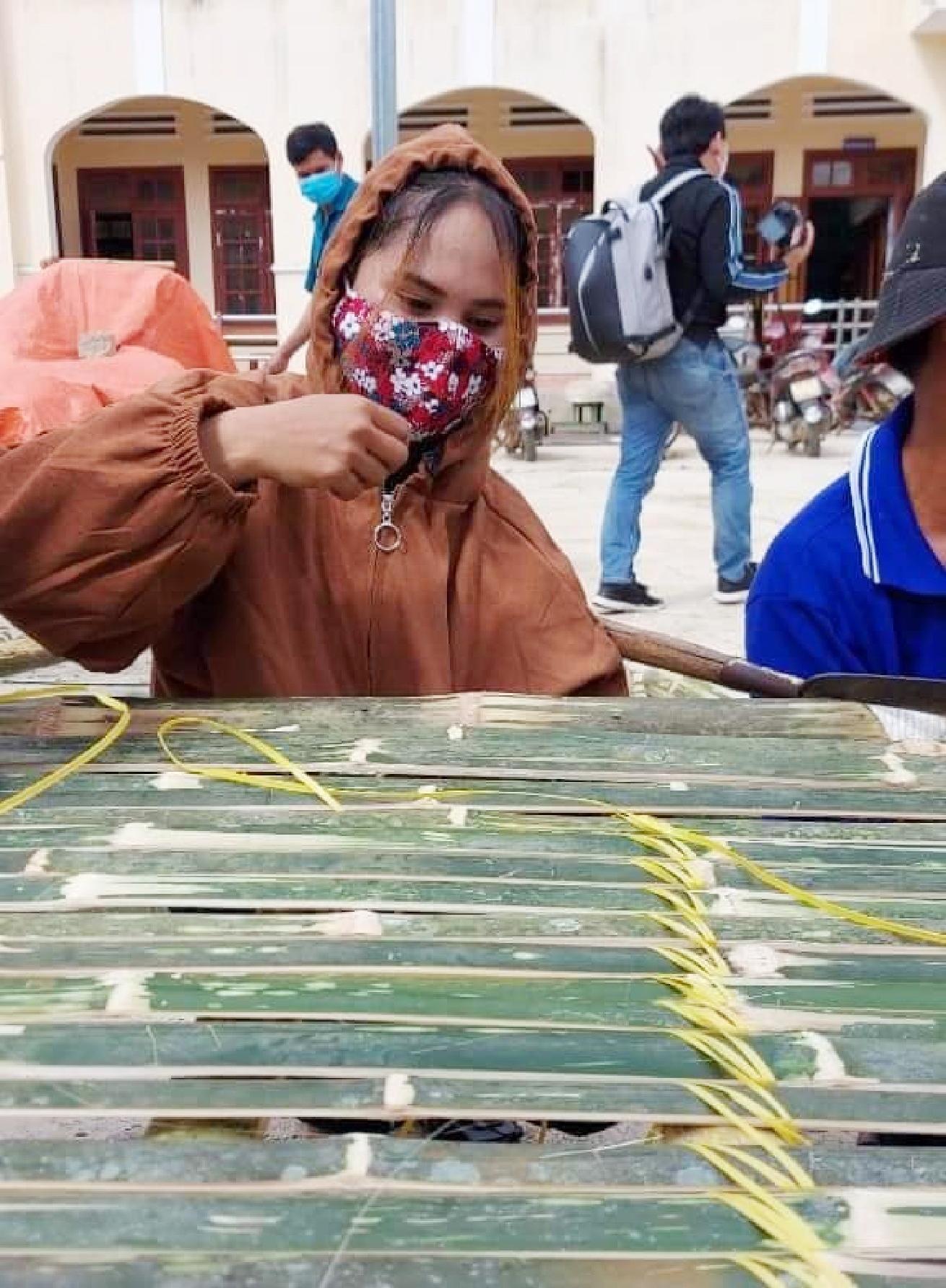 Người dân Hrê ở Ba Tơ chung tay giúp những chiếc giường tre nhanh chóng được hoàn thiện