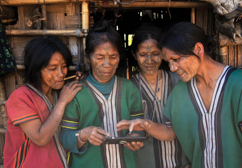 Phụ nữ dân tộc Chin ở Myanmar với hình xăm chữ Y trên trán (Ảnh: Tấn Vịnh)
