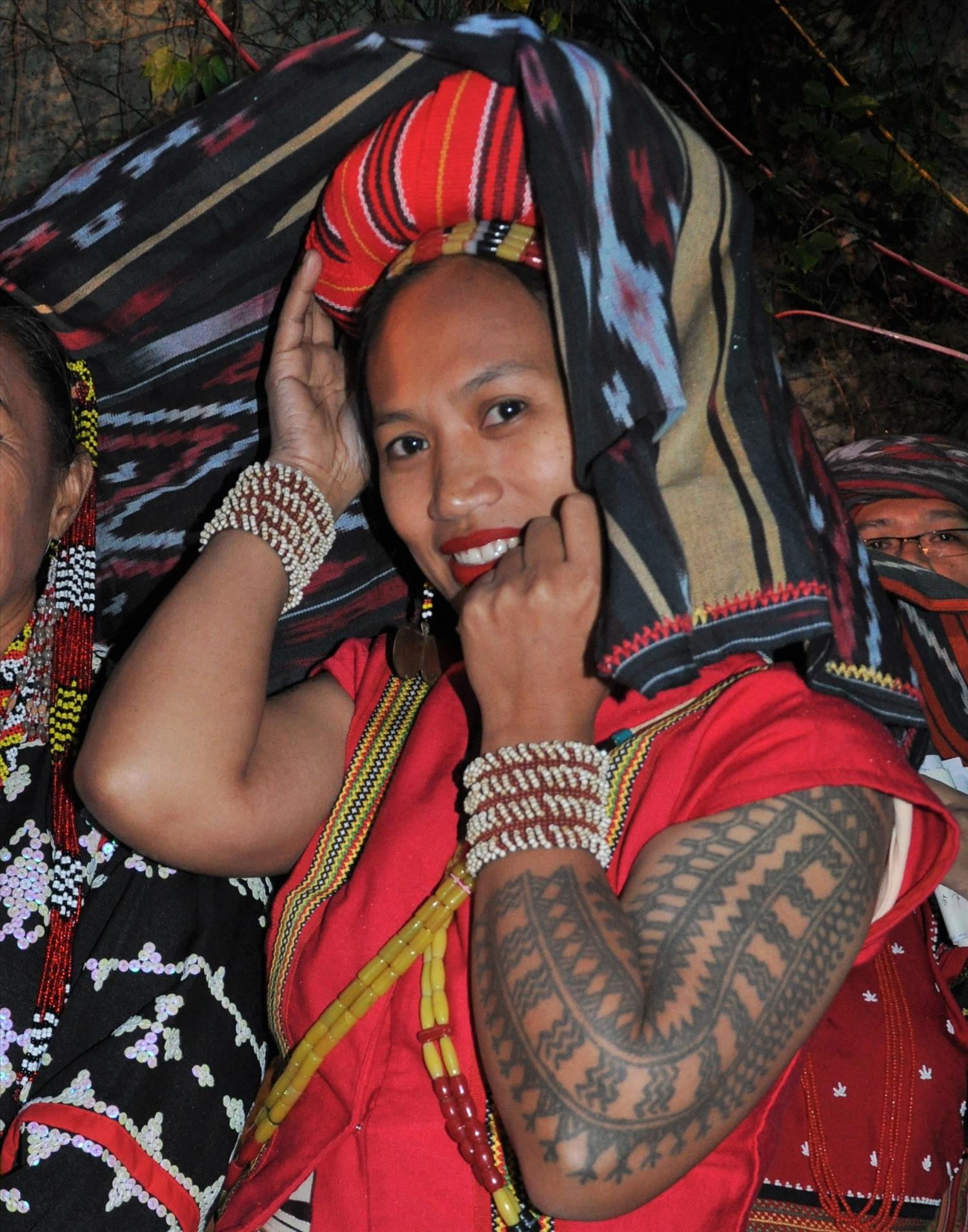 Phụ nữ dân tộc Butbut, làng Buscalan, vùng Kalinga, ở miền Bắc Philippines với hình xăm trên hai cánh tay (Ảnh: Tấn Vịnh)