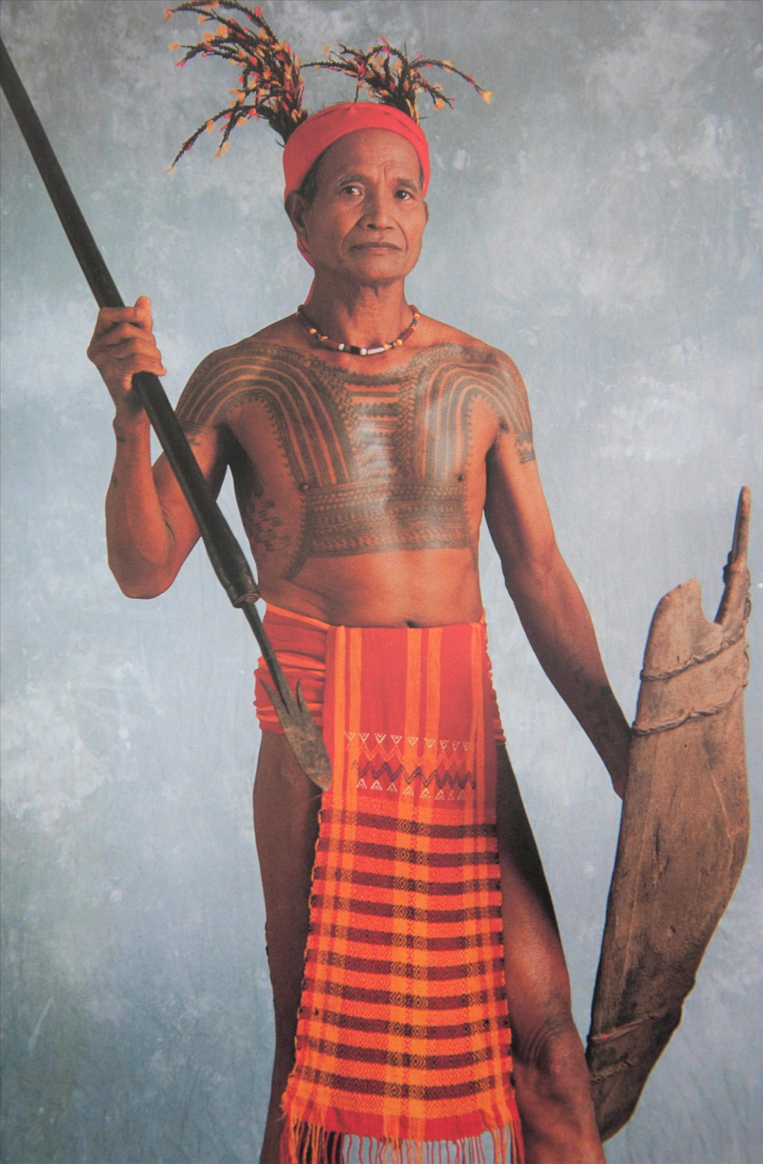 Đàn ông dân tộc Bubut, vùng Kalinga miền Bắc Philippines với hình xăm trên ngực (Ảnh: Tư liệu)