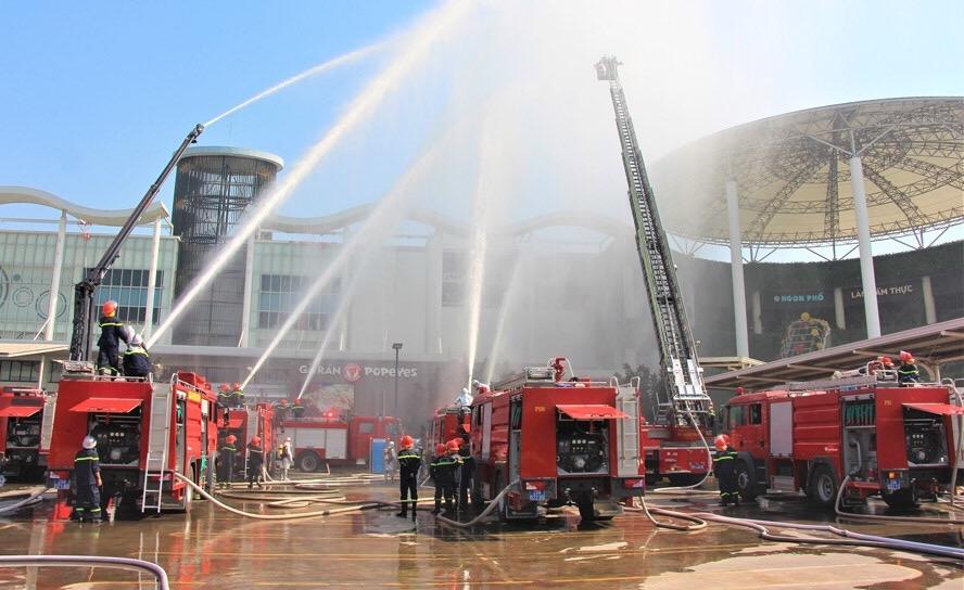 Diễn tập phương án phòng cháy, chữa cháy tại phường Long Biên, Hà Nội. (thời điểm Hà Nội chưa thực hiện giãn cách xã hội)