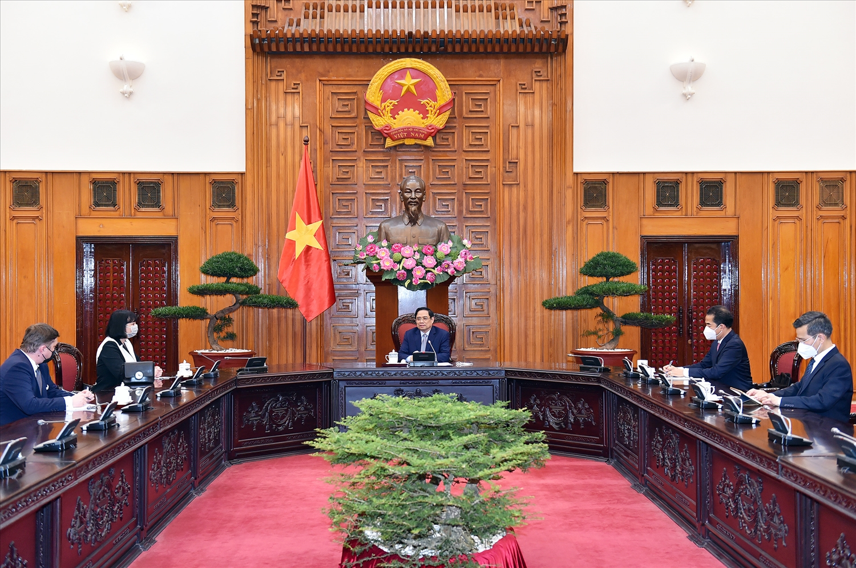 Thủ tướng Chính phủ Phạm Minh Chính và Đại sứ Romania nhất trí hai nước cần tăng cường hợp tác trên các diễn đàn đa phương và khu vực - Ảnh: VGP/Nhật Bắc