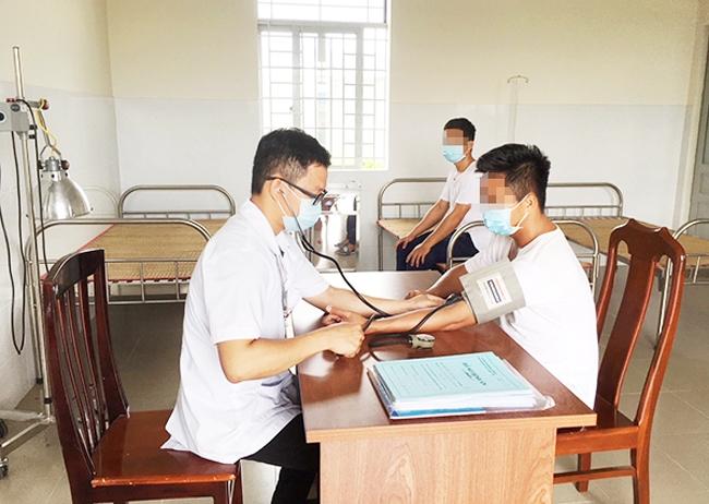 Bác sĩ Chu Văn Phương, Trưởng phòng khám Điều trị cai nghiện phục hồi sức khỏe, Cơ sở Điều trị nghiện ma túy tỉnh khám bệnh cho các học viên
