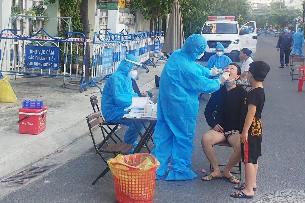 Ngành Y tế Khánh Hòa lấy mẫu xét nghiệm Covid-19 cho người dân