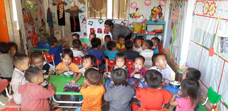 Một bữa ăn trưa của học sinh điểm trường Sam Lang, trường Mầm non xã Nà Hỳ, huyện Nậm Pồ