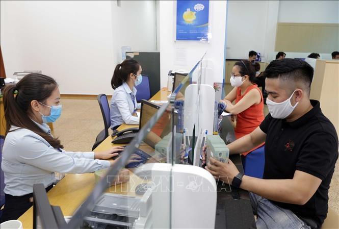 Khách hàng giao dịch tại BAOVIET Bank, số 8 Lê Thái Tổ, Hà Nội. Ảnh minh họa: Trần Việt/TTXVN