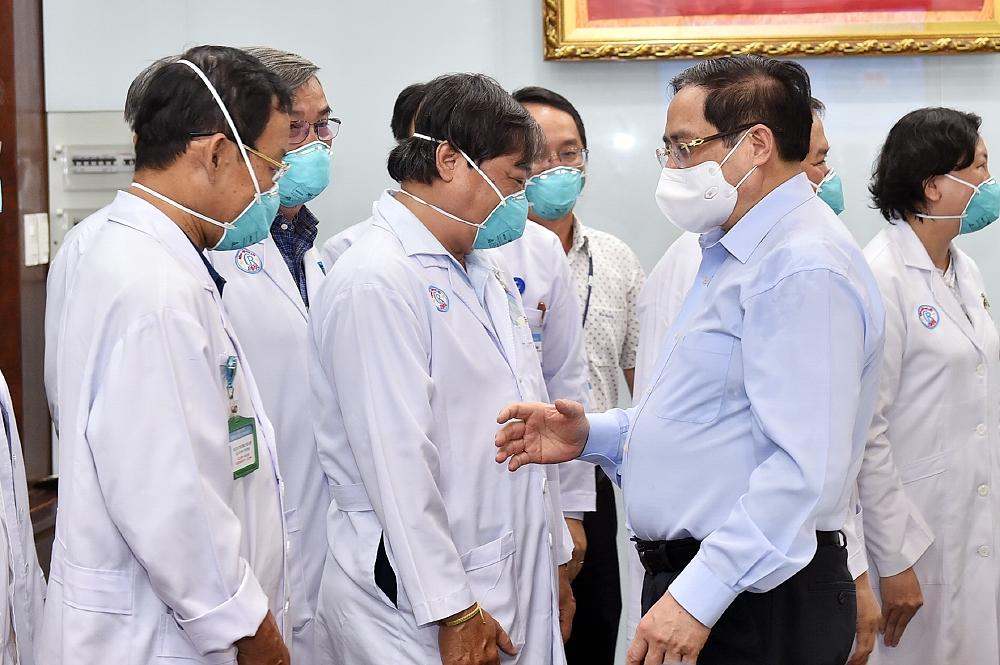 Thủ tướng Phạm Minh Chính động viên các thầy thuốc Bệnh viện Chợ Rẫy. Ảnh VGP/Nhật Bắc