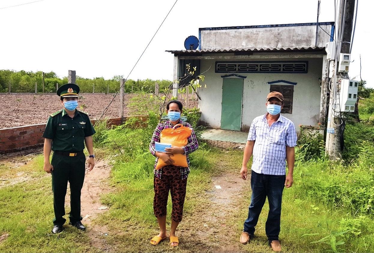 Bộ đội Biên phòng Sóc Trăng tặng quà cho các gia đình Khmer nghèo bị ảnh hưởng bởi dịch Covid-19 ở xã Lai Hòa, TX. Vĩnh Châu