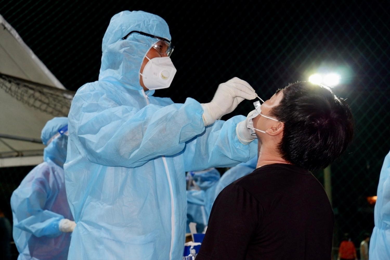 Thần tốc lấy mẫu xét nghiệm ngay trong đêm ở TP. Hồ Chí Minh nhằm giúp rà soát phát hiện sớm những mầm bệnh còn tiềm ẩn trong cộng đồng