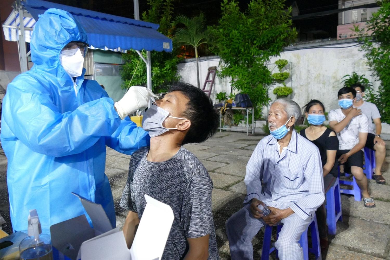 Cán bộ y tế xuyên đêm lấy mẫu xét nghiệm sàng lọc SARS-CoV-2 cho người dân tại TP. Hồ Chí Minh