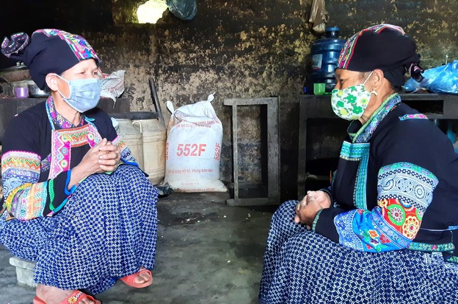 Người có uy tín Lộc Thị Liên (trái), thôn Nậm Lương tuyên truyền cách phát triển kinh tế hữu hiệu
