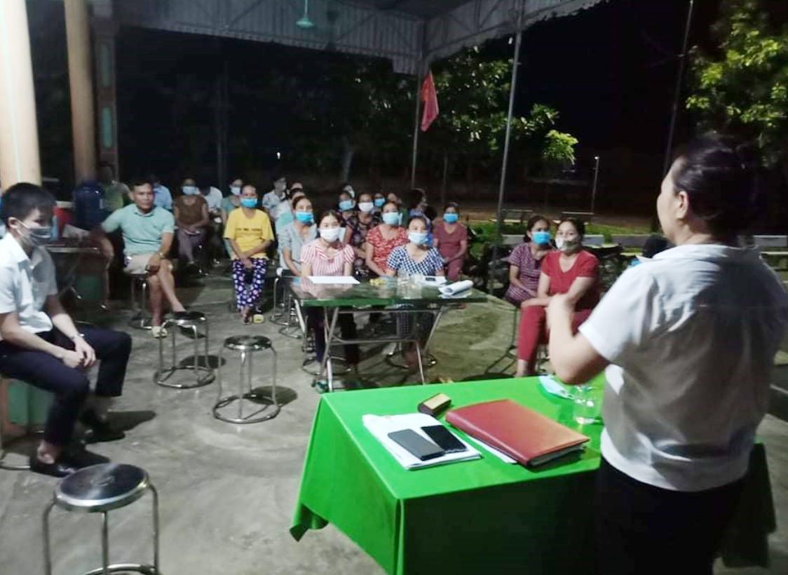 Cán bộ BHXH huyện tuyên truyền chính sách BHXH, BHYT cho bà con Xóm 9, xã Phúc Thành, Yên Thành (nguồn BHXH huyện Yên Thành)