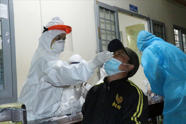 Cán bộ y tế lấy mẫu xét nghiệm cho người dân