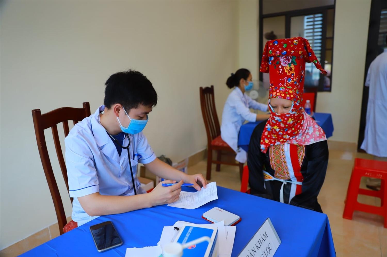 Mọi người dân đều được khám sàng lọc, kiểm tra sức khỏe trước khi tiêm