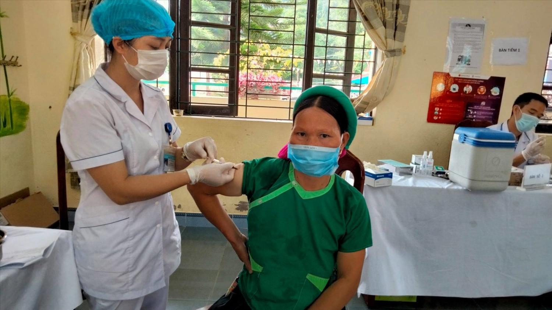 Tiêm đủ 2 mũi vắc xin sẽ giúp giảm nguy cơ bệnh nặng hoặc tử vong khi mắc Covid-19