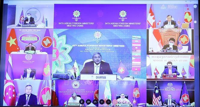 Bộ trưởng Ngoại giao các nước tham dự Hội nghị Bộ trưởng Ngoại giao ASEAN lần thứ 54 (AMM 54) theo hình thức trực tuyến. Ảnh: Phạm Kiên/TTXVN