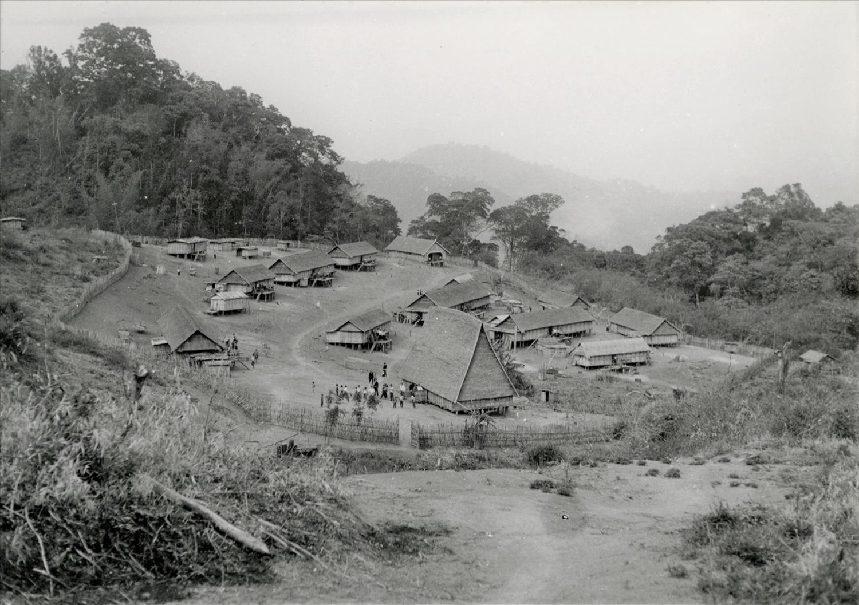 Hàng rào kiên cố của một ngôi làng của người Ba Na khi xưa (ảnh: Daniel Léger)