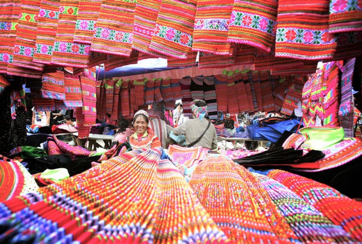 Sắc màu thổ cẩm ở chợ phiên Cán Cấu (Si Ma Cai)