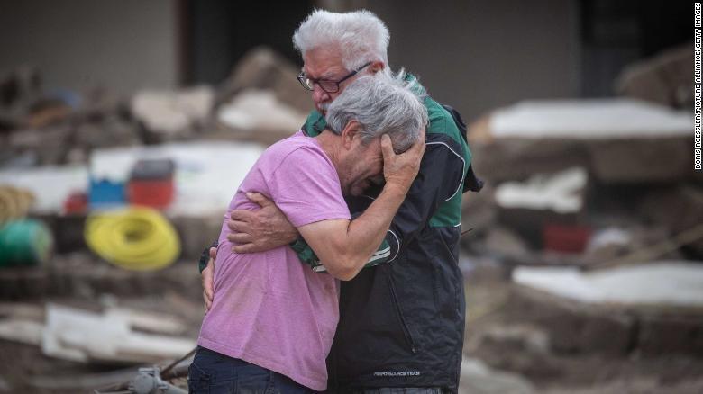 Người dân bật khóc trước sự tàn phá nhanh chóng của lũ lụt tại Altenahr, Đức