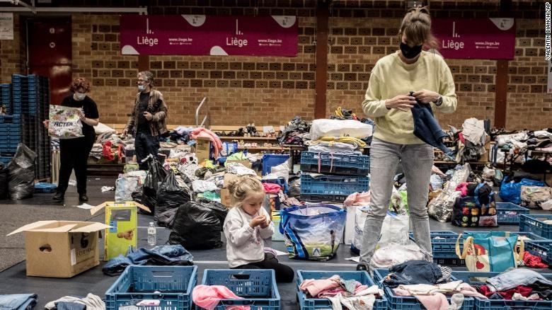 Người phụ nữ đang phân loại đồ còn sót lại tại nơi trú ẩn sau trận lũ tại Liege, Bỉ