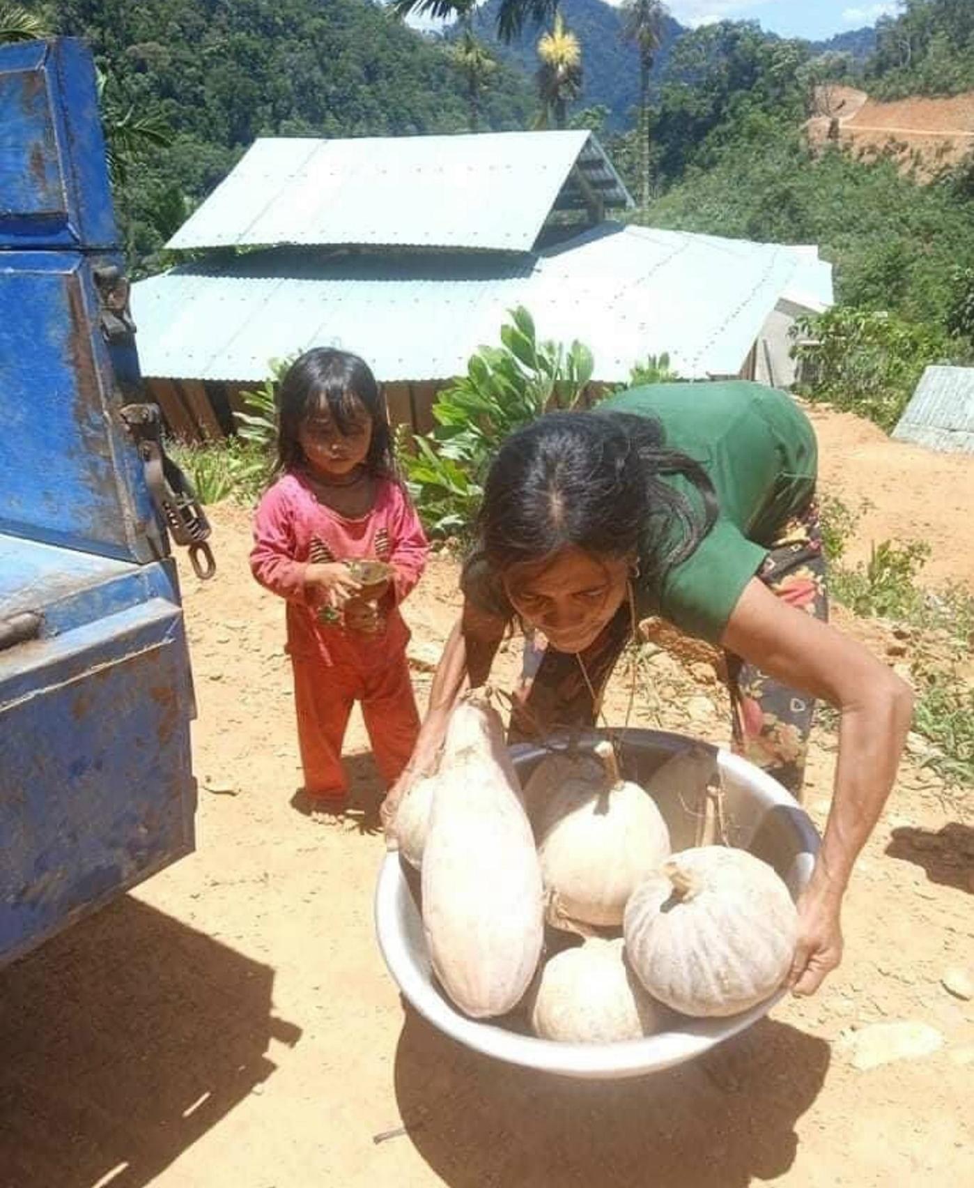 Bà con Nam Trà My mang nông sản đến quyên góp