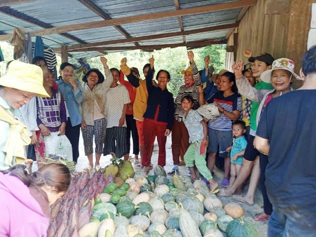 Bà con Nam Trà My vui mừng vì có nhiều nông sản của mình ủng hộ cho TP. Hồ Chí Minh