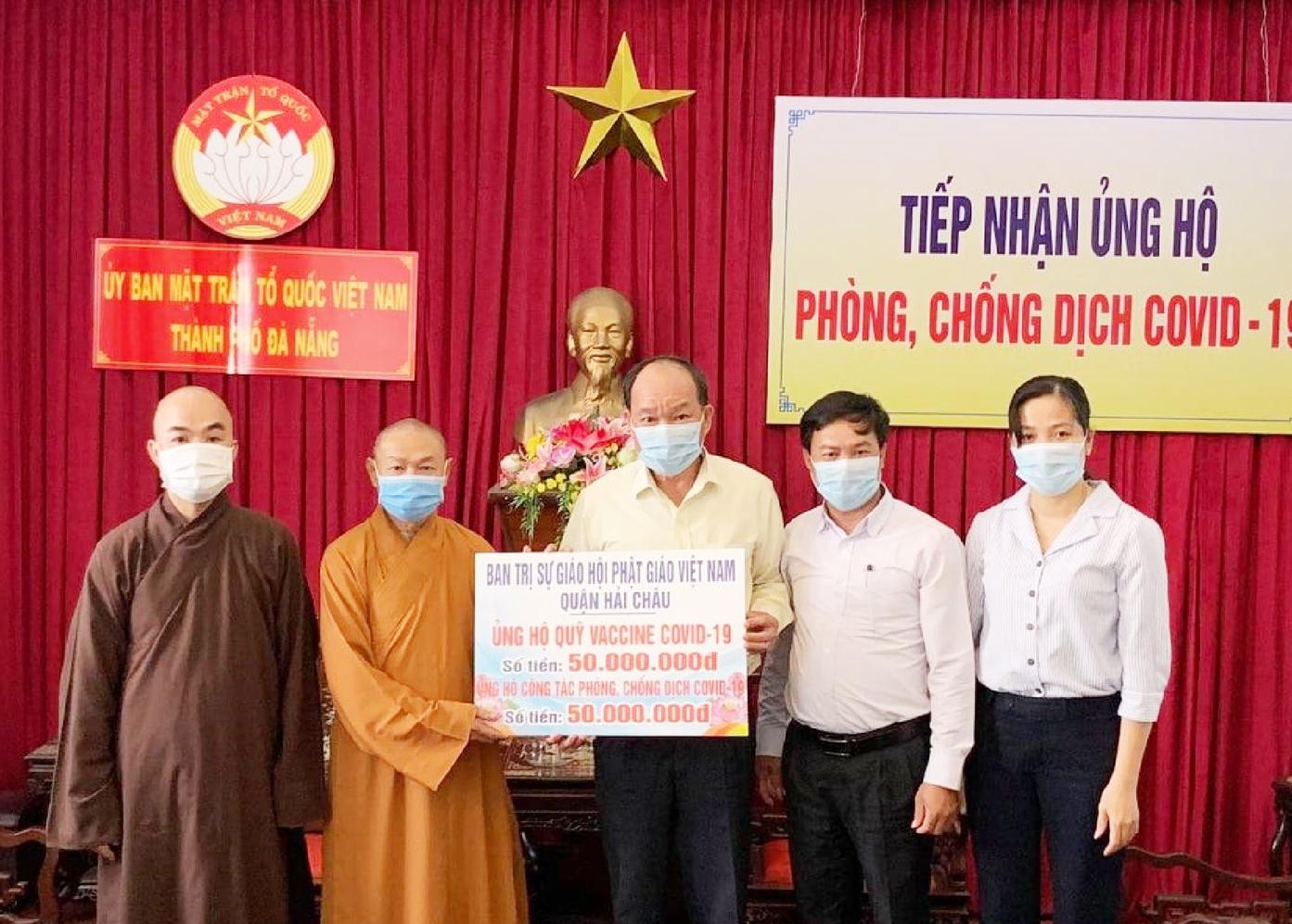 Thượng tọa Thích Chúc Tín, Phó Ban Trị sự Phật giáo quận Hải Châu, Trụ trì chùa Bát Nhã trao tiền ủng hộ tới Ủy ban Mặt trận Tổ quốc TP. Đà Nẵng chiều ngày 3/8