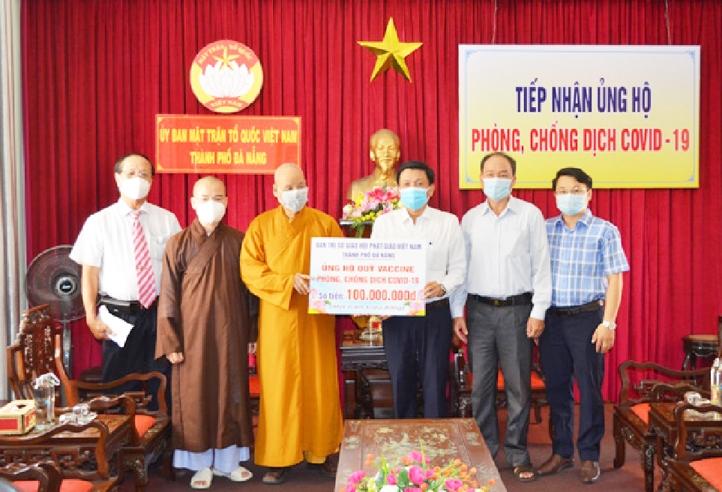 Hòa thượng Thích Thiện Toàn trao số tiền là 100 triệu đồng tới Ủy ban Mặt trận Tổ quốc Việt Nam TP. Đà Nẵng