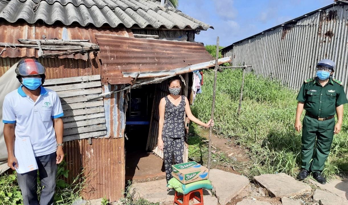 Bộ đội Biên phòng Sóc Trăng tặng quà cho các gia đình Khmer nghèo bị ảnh hưởng bởi dịch Covid-19 trên địa bàn xã Vĩnh Hải, thị xã Vĩnh Châu