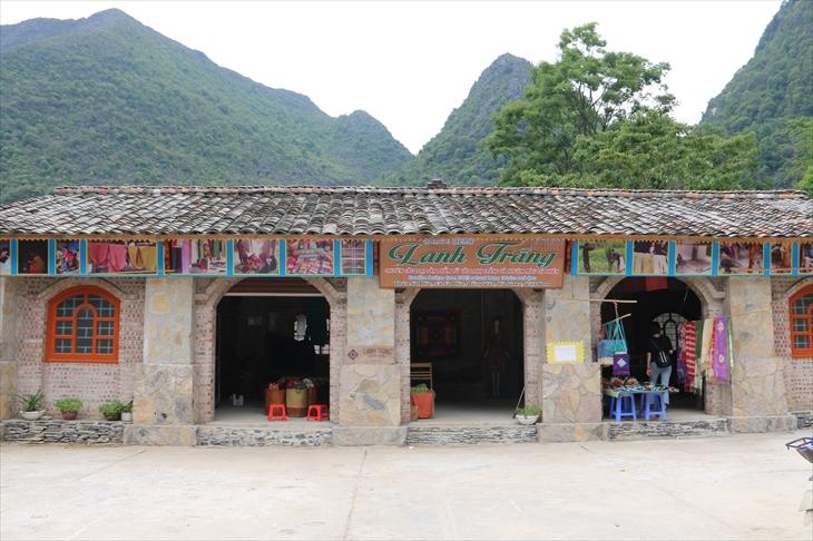 Nơi trưng bày sản phẩm của HTX Lanh Trắng phía trước Dinh thự họ Vương (xã Sà Phìn, huyện Đồng Văn, tỉnh Hà Giang). Ảnh: Thanh Thuận