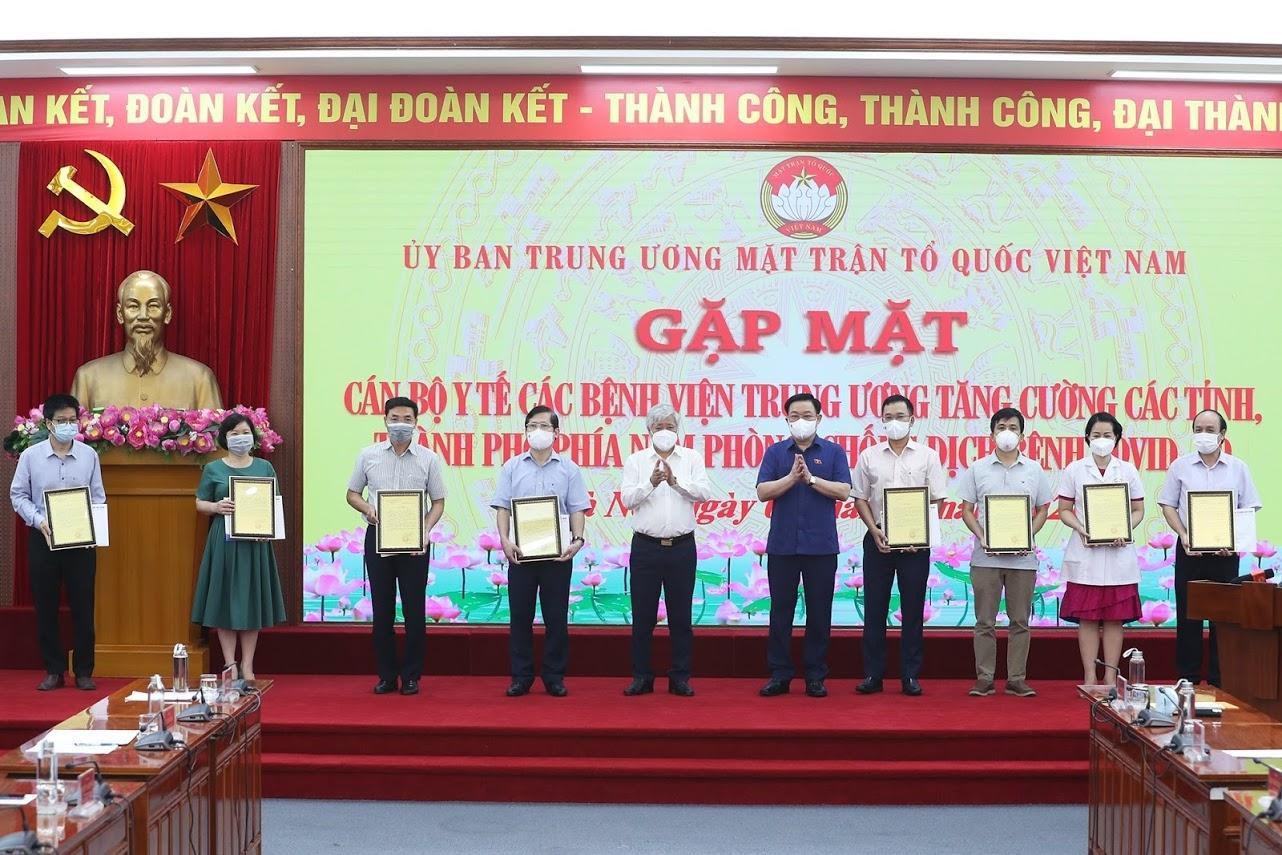 Chủ tịch Quốc hội Vương Đình Huệ và Chủ tịch Ủy ban Trung ương MTTQ Việt Nam Đỗ Văn Chiến trao quà cho các y, bác sỹ đại diện cho gần 3.000 nhân viên y tế chuẩn bị lên đường tăng cường lực lượng phòng, chống dịch Covid - 19 cho TP Hồ Chí Minh và các tỉnh phía Nam