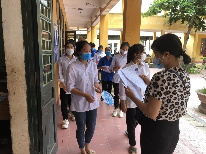 Các thí sinh tỉnh Bắc Giang đến làm thủ tục dự thi. Ảnh: BGDTĐ