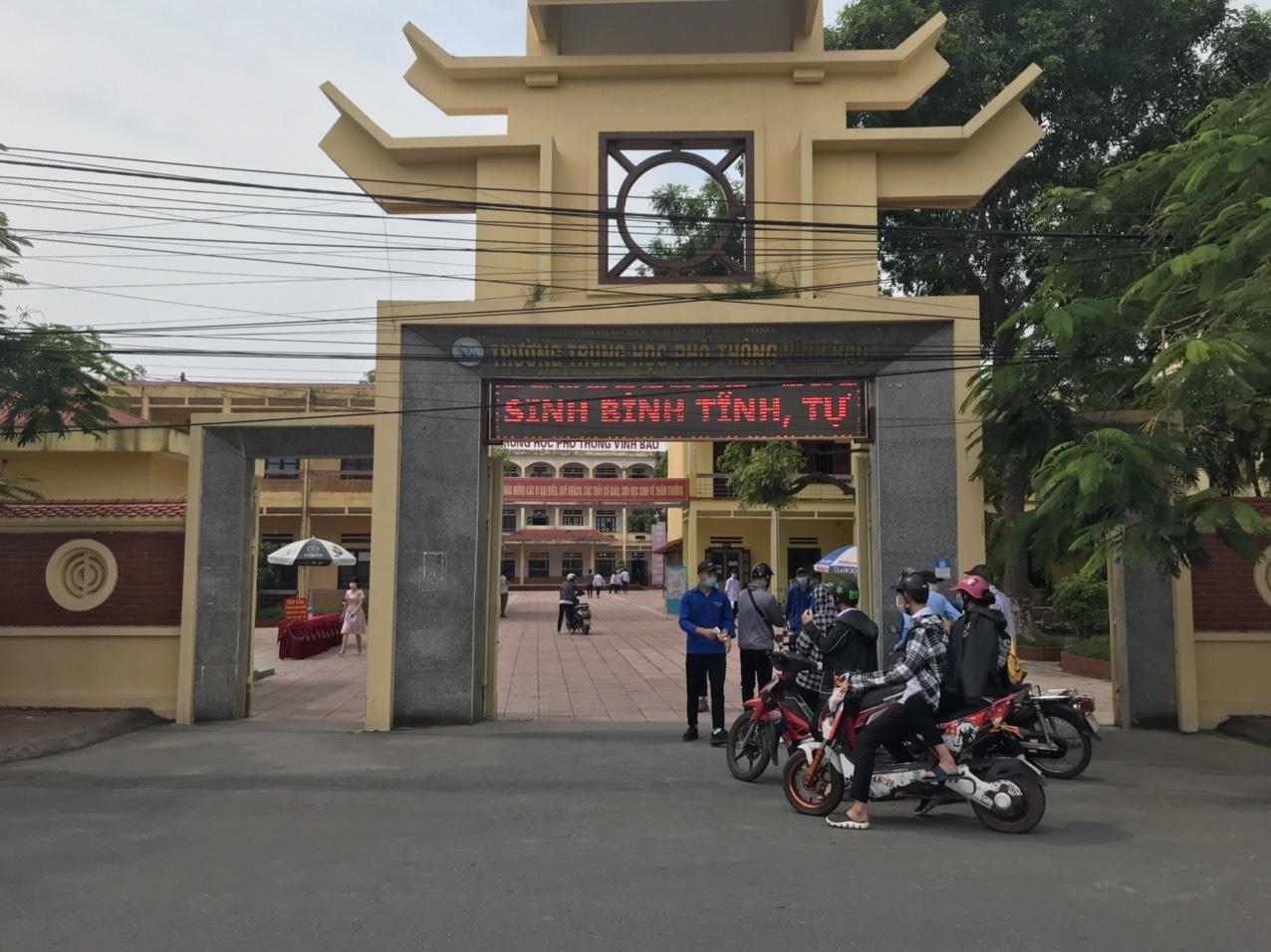 Các thí sinh đến làm thủ tục dự thi tại Điểm thi Trường THPT Vĩnh Bảo, Hải Phòng. Ảnh: BGDTĐ