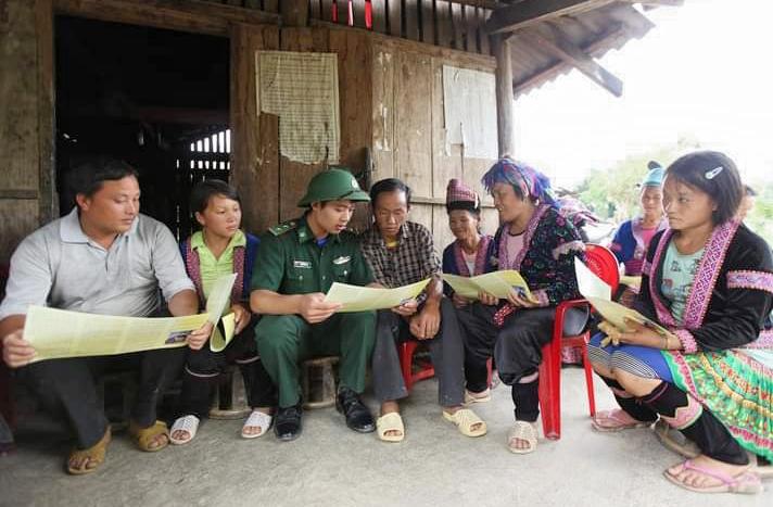 Cán bộ chiến sĩ ĐBP Pa Tần tuyên truyền vận động Nhân dân bản Nậm Tiến 1 chấp hành chủ trương đường lối của Đảng CSPL của Nhà nước. (Ảnh chụp trước ngày 27/4/2021)