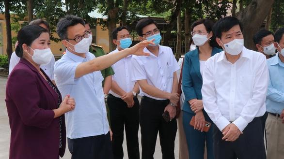 Phó thủ tướng Vũ Đức Đam chia sẻ kinh nghiệm phòng chống COVID-19 với lãnh đạo tỉnh Bình Phước tại buổi kiểm tra - Ảnh: T.T.