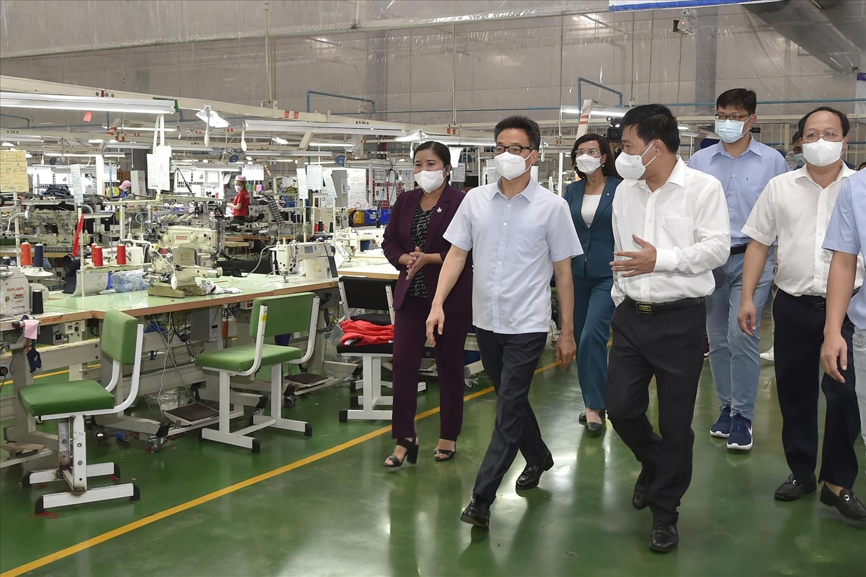 """Phó Thủ tướng Vũ Đức Đam kiểm tra mô hình """"3 tại chỗ"""" tại Công ty TNHH New Apparel Far Eastern Việt Nam có 857 công nhân đang làm việc. Ảnh: VGP/Đình Nam"""