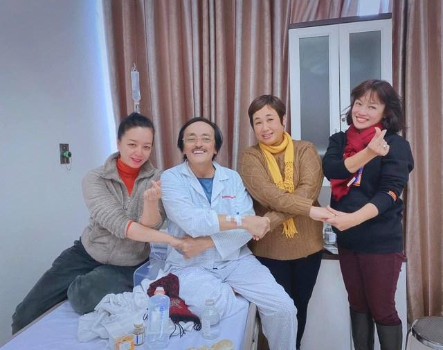 Nghệ sĩ Giang Còi được đông đảo bạn bè nghệ sĩ tới thăm hỏi, động viên trong thời gian điều trị bệnh