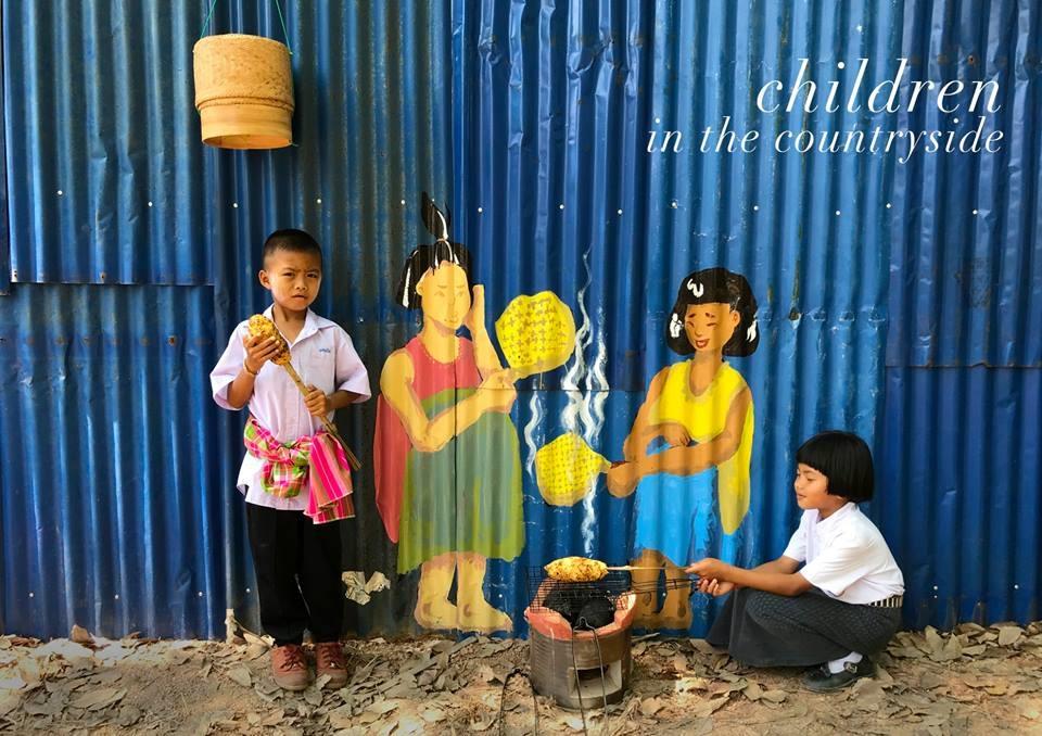 Trẻ em tỉnh Bưng Kan rất thích các bức tranh tường
