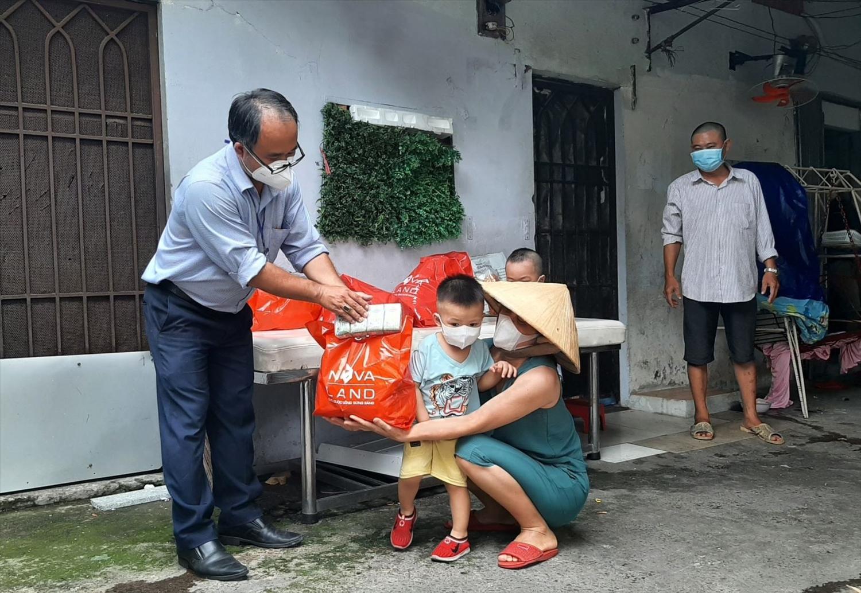 TP. Hồ Chí Minh đã phê duyệt gói hỗ trợ đợt 2, nhằm hỗ trợ cho 3 đối tượng gồm: lao động tự do, hộ nghèo, hộ cận nghèo và người lao động nghèo gặp khó khăn do dịch COVID-19 trên địa bàn. Ảnh: BTT