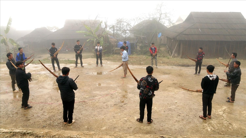 Lớp học thổi khèn, múa khèn Mông ở Nhôn Mai (Tương Dương) do nghệ nhân Và Bá Đùa truyền dạy