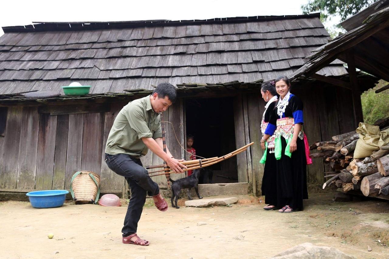 Chàng trai người Mông ở bản Huồi Cọ (xã Nhôn Mai, huyện Tương Dương) trổ tài bằng một bài múa khèn