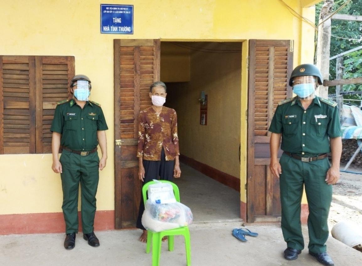 Bộ đội Biên phòng Vĩnh Hải đến tặng quà cho các hộ gia đình neo đơn