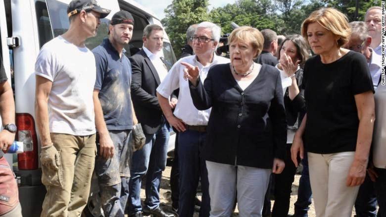Thủ tướng Đức Angela Merkel (thứ hai từ phải sang) và Thủ hiến bang Rhineland-Palatinate Malu Dreyer (ngoài cùng bên phải) nói chuyện với người dân trong chuyến thăm đến Schuld vào ngày 18/7 sau khi trận lũ lụt xảy ra