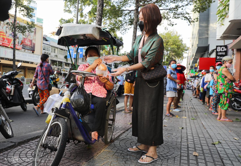 Chị Ngô Mỹ Dung là một trong những người hăng hái làm từ nguyện ngay từ những buổi đầu thành phố giãn cách với gần 2000 suất ăn miễn phí mỗi ngày