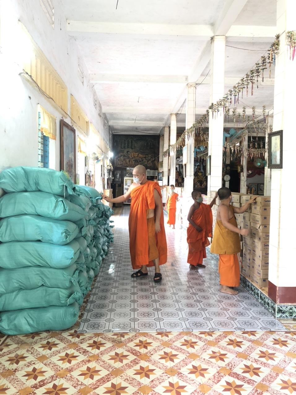 Thượng tọa Lý Minh Đức cùng các sư sãi chùa Som Rông chuẩn bị quà chuyển đến xã Vĩnh Hải