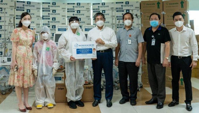 Xèo Chu và gia đình trao tặng trang thiết bị y tế hỗ trợ bệnh viện Đại học Y Dược TP. Hồ Chí Minh trong công tác điều trị, phòng chống Covid-19. Ảnh: nhân vật cung cấp